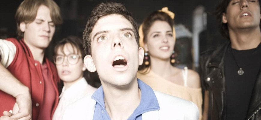 Как называется фильм, где учитель видит призраков